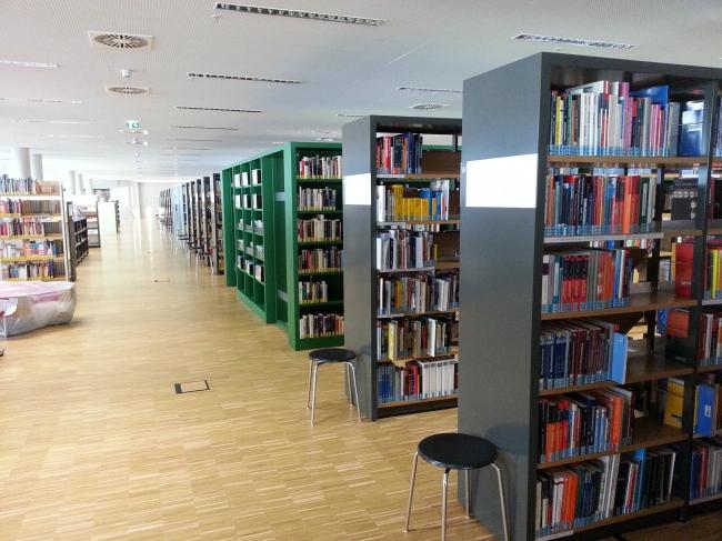 Bücherregale in der Zentralbibliothek Duisburg,