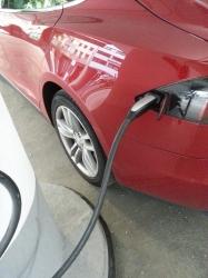 Roter Tesla beim Laden