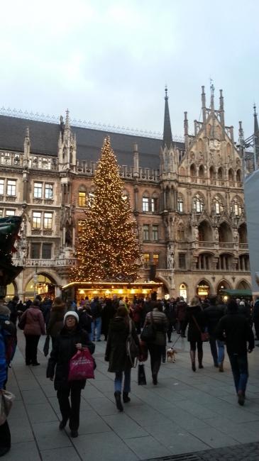Weihnachtsbaum und Weihnachtsmarkt am Marienplatz,
