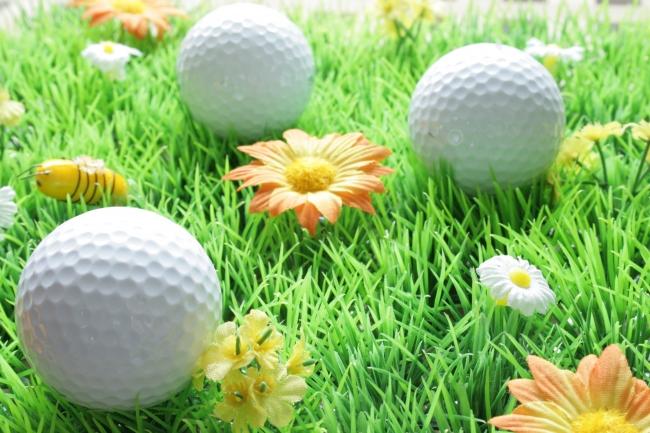 IMG_4064_Golfbälle_im_künstlichen_Gras_überbelichtet-von-oben_Bokeh_hinten.JPG,