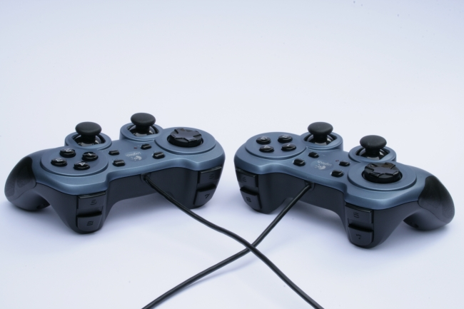 IMG_4878_two_Joypads_cables_crossed.JPG,