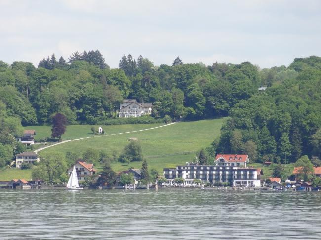 Eine Villa in der Nähe von Berg, am Ostufer des Starnberger Sees, in der Nähe von München
