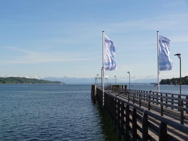 Flaggen am Steg, Nordufer des Starnberger Sees in der Nähe von München