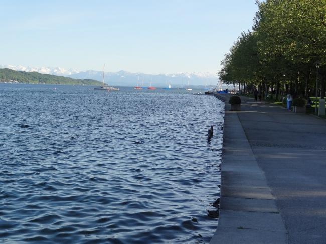 Nordufer des Starnberger Sees in der Nähe von München, mit den Alpen dahinter