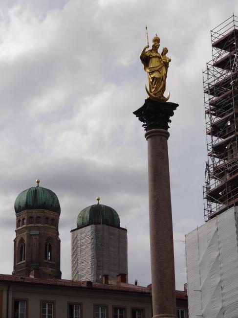 Stele, vor dem Rathaus in München