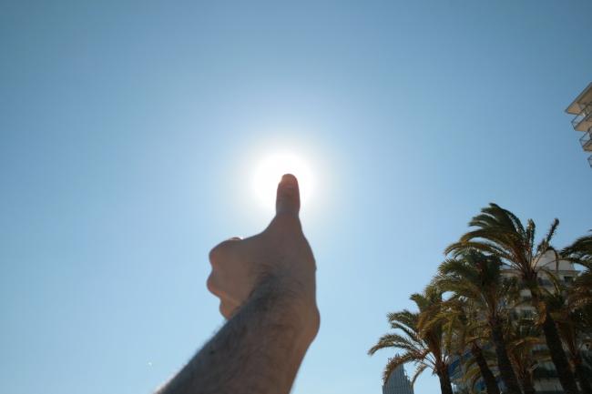 Thumb the sun,