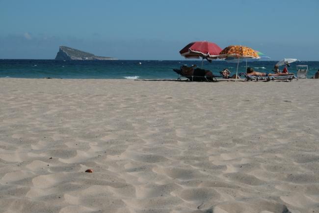 "IMG_09968_Playa de Poniente.JPG, Schirme und ""Isla Benidorm"""