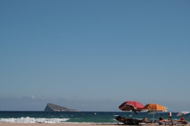 "IMG_09969_Playa de Poniente.JPG, Schirme und ""Isla de Benidorm"", hoch kadriert"