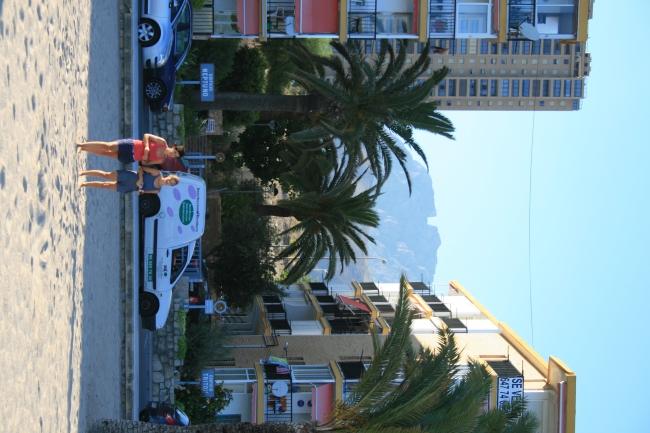IMG_09982_Playa de Poniente.JPG, Lücke im Berg zwischen Edificios Neptuno und Triton