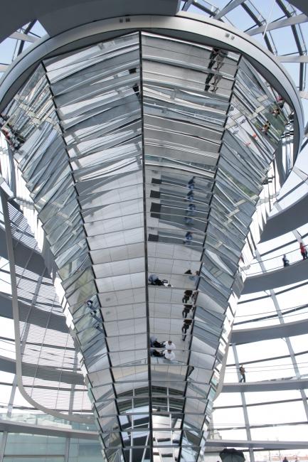 Zentraler Spiegel der Reichstag-Kuppel, Neben der Funtion der Kuppel als Dach-Ornament dient sie noch zum belichten des Plenarsaales