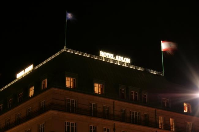 Hotel Adlon in Berlin, Beleuchteter Schriftzug auf dem Nobelhotel in Berlin Mitte