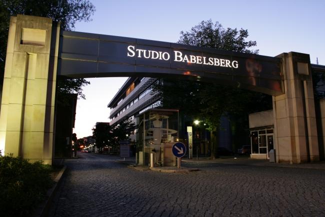 Eingangstor des Film Studios Babelsberg, ohne Auto