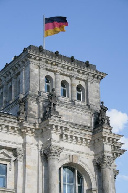Ecke des Reichstags mit Flagge,