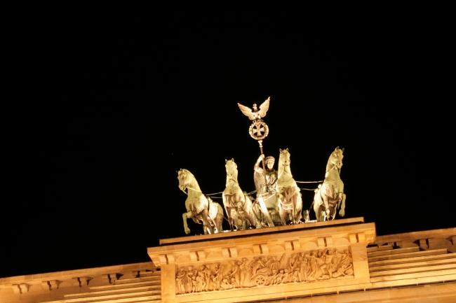 Die Quadriga des Brandenburger Tors, bei Nacht, aus seitlicher Perspektive