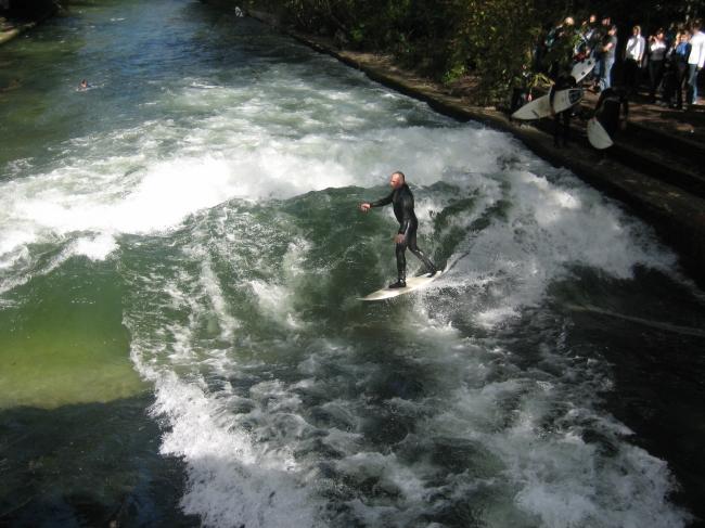 Surfer auf der Welle am Englischen Garten,