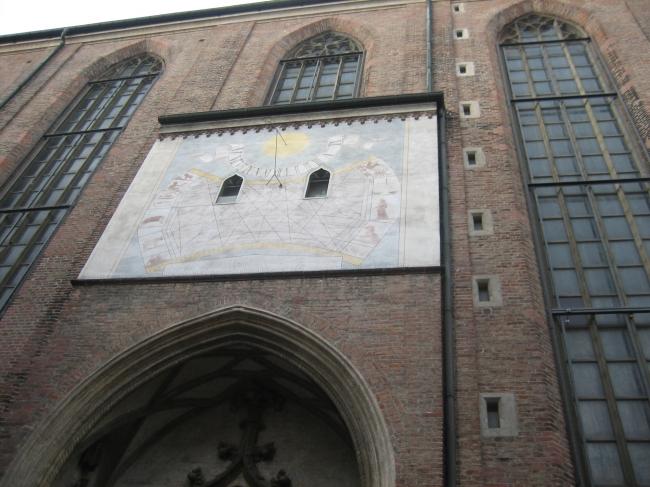 SeitenPortal der Frauenkirche mit Sonnenuhr,