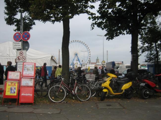 Rand der Theresienwiese, Fahrrad, Riesenrad und trostloses Wetter