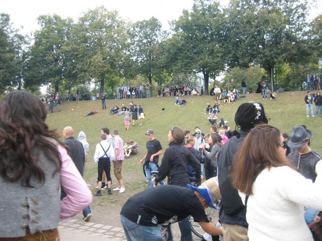 Menschen liegen auf der Wiese am Rand der Theresienwiese,