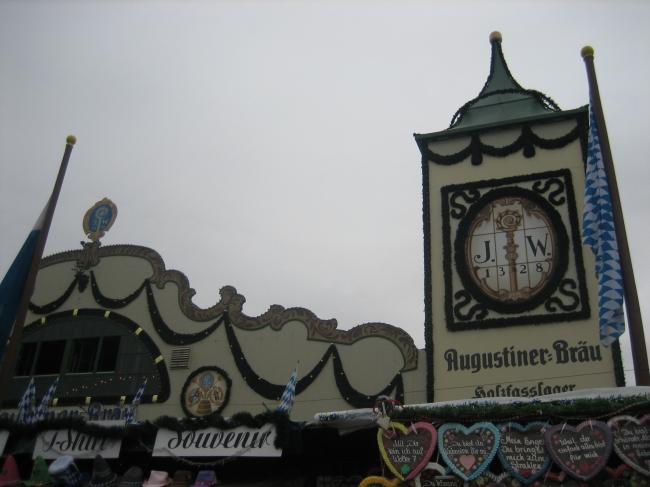 Giebel vom Augustiner-Bräu Zelt,