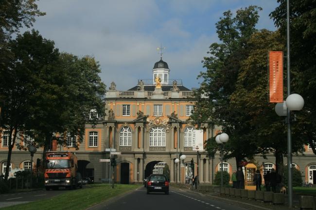 Durchfahrt an der Universität in Bonn,