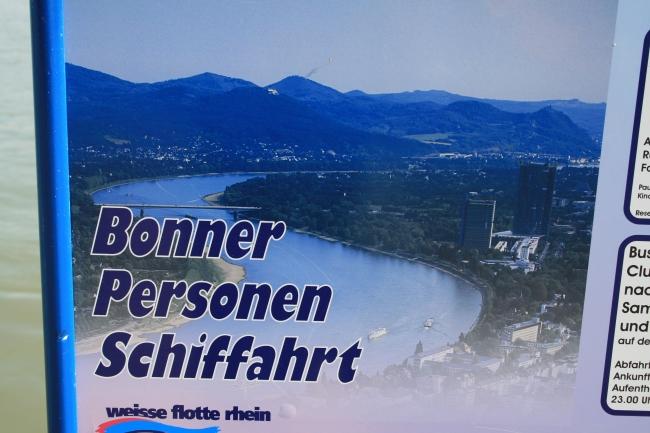 Das Bonner Rheintal, auf einem Schild der Bonner Personen Schiffahrt (weisse flotte)