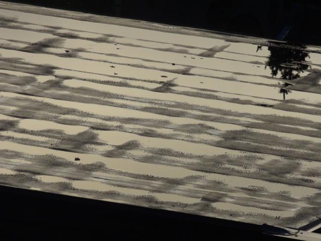 Wasser nasses Dach spiegelt den Himmel,