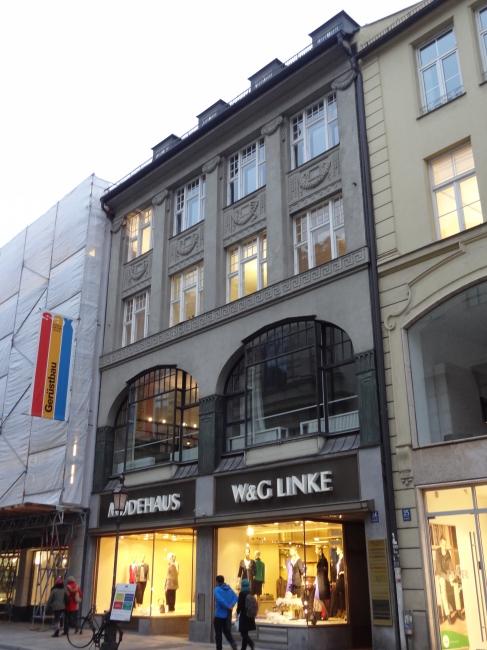 """Stadthaus """"Modehaus W&G Linke"""", mit tollen Fenstern darüber"""