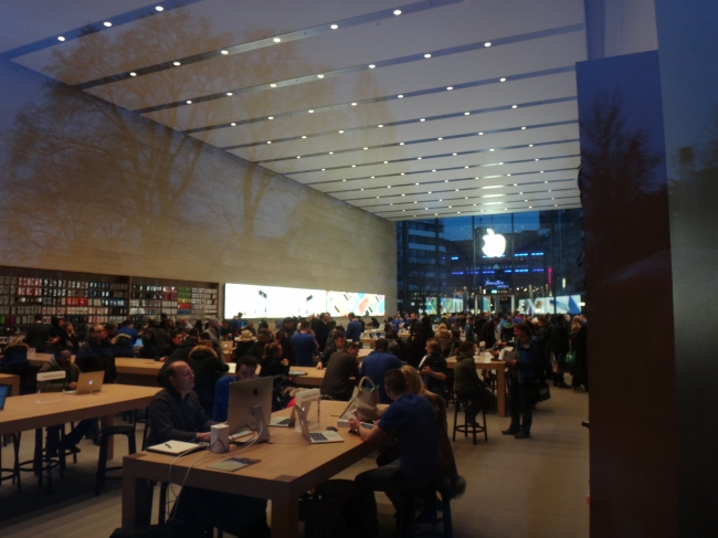 Apple Store crowd,