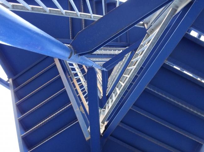 Blick hoch in das Treppenhaus des Aussichtsturms,